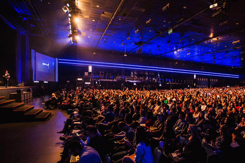 schareinprojekt-kongress-konferenz-event-people-stage-großveranstaltung-redner