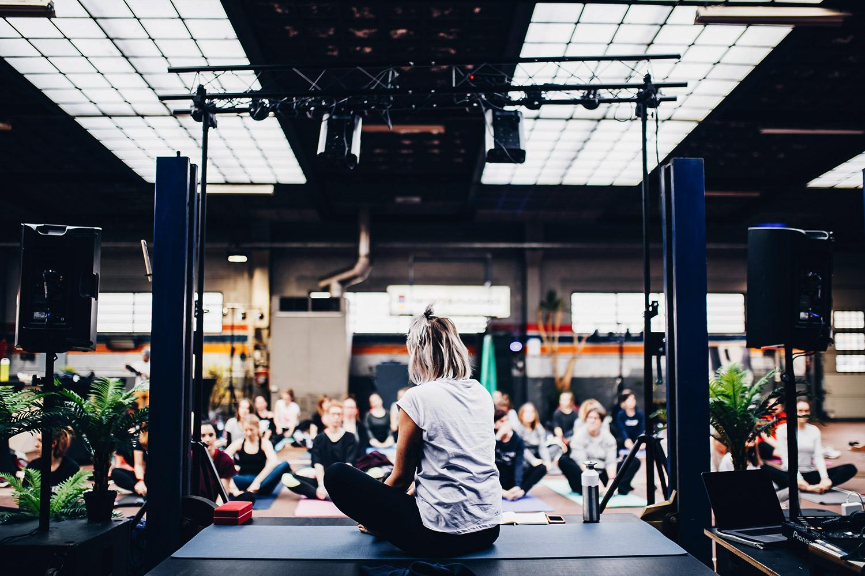 schareinprojekt-kongress-konferenz-event-stage-bühne-people-redner-präsentation-workshop-retreat